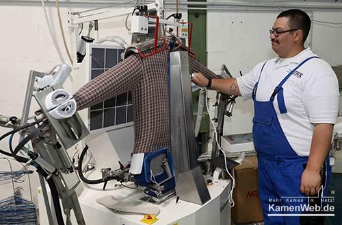 ZWK Textilreinigung Mitarbeiter am Hemdentopper